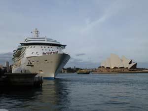 אניית קרוזים עוגנת בנמל סידני