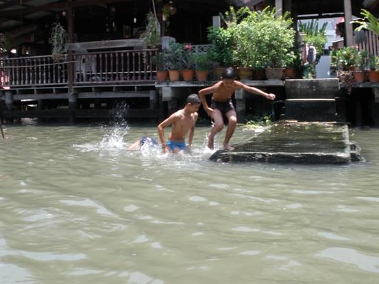 дильдрены купаются в реке
